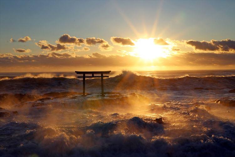 息をのむ美しさに感動!日の出と「神磯の鳥居」のコラボが神々しいと話題に!