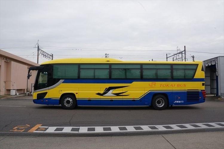 見たら幸せになる!?『黄色いバス』が安全運転で走っている