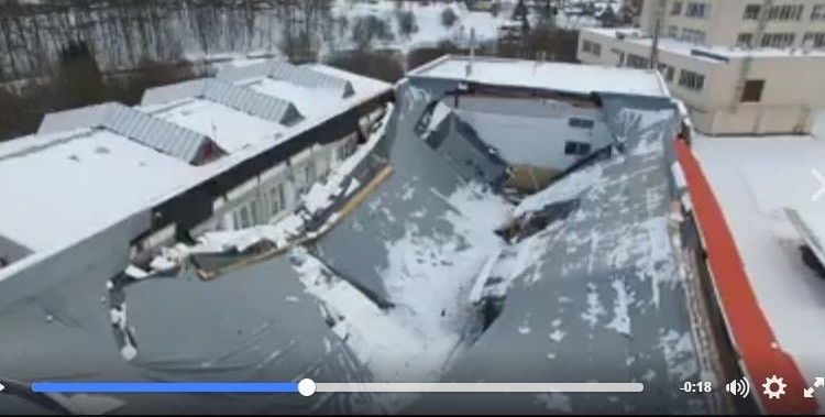 雪の恐ろしさが分かる決定的瞬間、大量の積雪で体育館の屋根が崩壊?