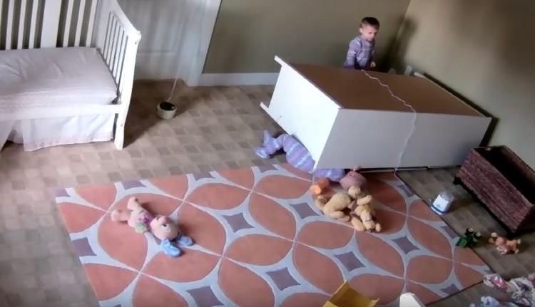 あわや大惨事!タンスが倒れて下敷きになった赤ちゃんが双子の兄弟に救出される