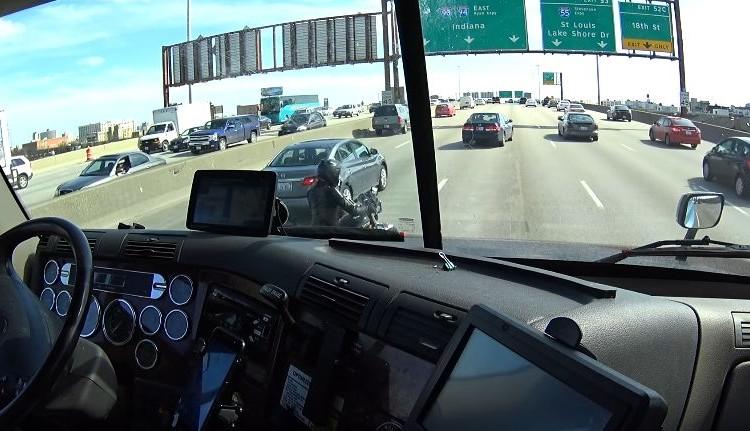 高速道路で動けなくなったバイクのためにトラック運転手がとった行動に賞賛の声