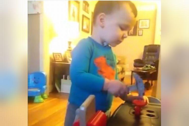 ママが一番ビックリ!?大工さんごっこして遊ぶ2歳の息子がいきなりとんでもない行動に!