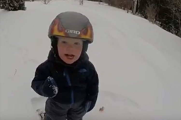 【動画】2歳の天才スキーヤー現る! 華麗な滑りでジャンプまで決めちゃう!