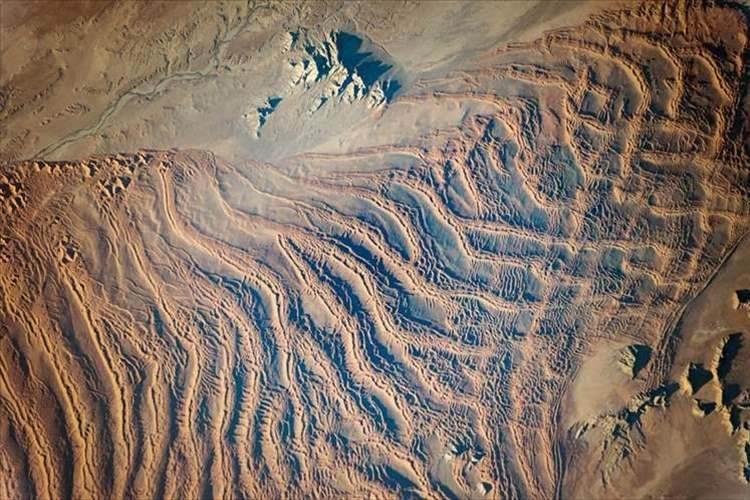 宇宙から見える砂丘の波が幻想的! アフリカ大陸のナミブ砂漠