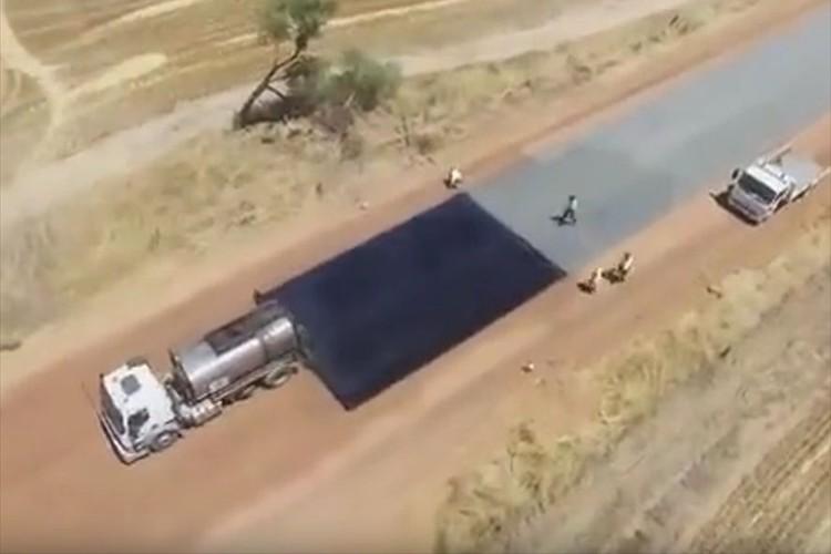 【動画】まるでペンキを塗るようにできるんだな…オーストラリアの道路舗装がダイナミック!