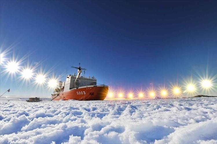 「本当に太陽が沈まないんだね」「雲の上のよう」海上自衛隊が南極で撮影した写真に反響