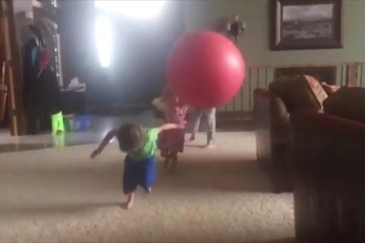 お母さんそりゃ無いわ…笑 投げたボールが2人の子供に連続ヒット! まさかの撃沈