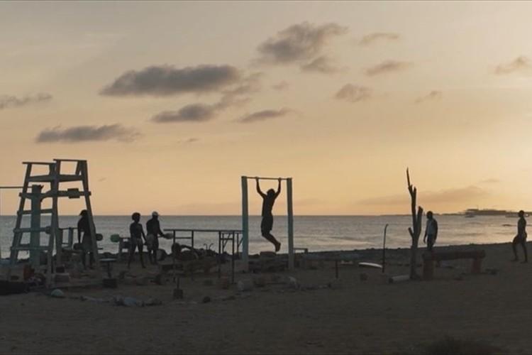 ビーチのゴミや廃材を使って無料のジムを作り上げた男性…その心意気に胸が熱くなる!