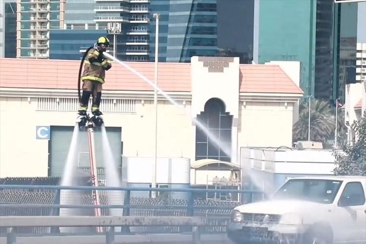 """【動画】おおっスゴイ! ウォータージェットパックを使って""""空を飛ぶ消防士""""の消火活動"""