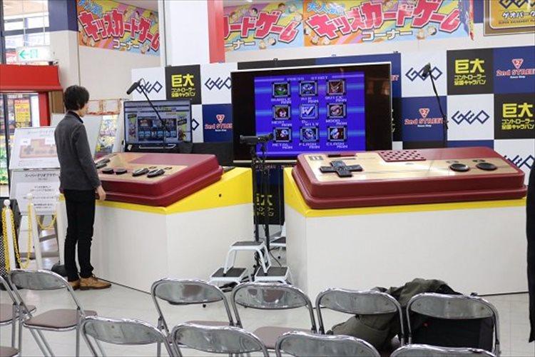 ファミコンの巨大なコントローラーでゲームをプレイ!? 斬新なイベントが全国のゲオを巡回中!