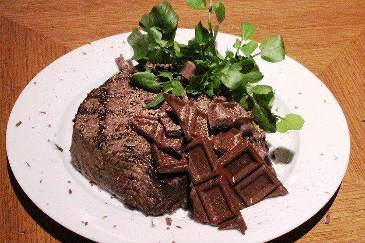 いくら何でもこれはど~なんだ!? チョコレートとステーキという前代未聞のハーモニー