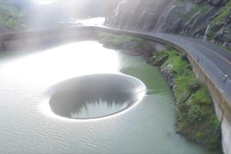 吸い込まれそうな感覚に陥る!? ダムの穴をドローンで空撮した映像が凄まじい!