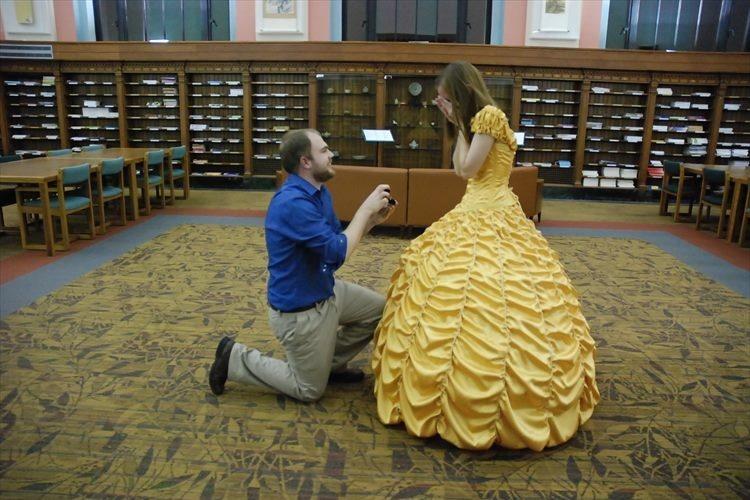 とある映画のヒロインに憧れる彼女に、不器用な男性がドレスを手作りしてプロポーズ!