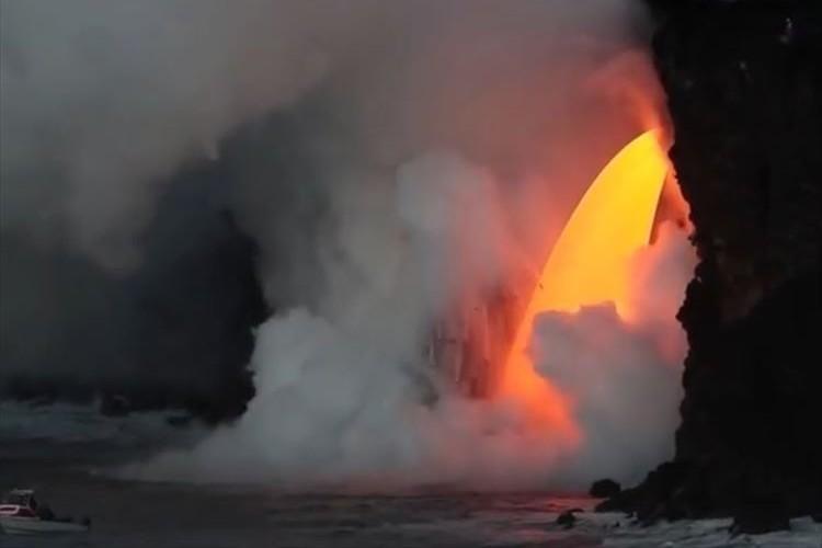 これぞ大地の形成と破壊の原始的プロセス! キラウエア火山の溶岩がひたすら海へ注がれる様子