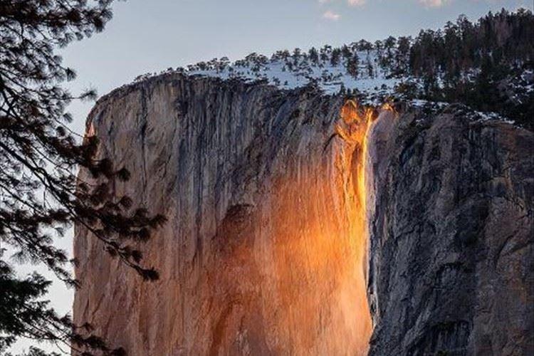 オレンジ色の溶岩が絶壁を流れ落ちるように見える 「炎の滝」が幻想的!
