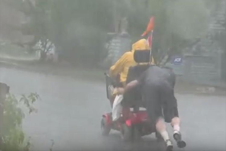 上り坂の途中で電動車イスが停止、車を止め駆けつける男性の姿に心を打たれる