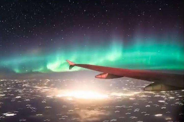 まさに夢のようなフライト!飛行機の中から観たオーロラが幻想的で美しい!