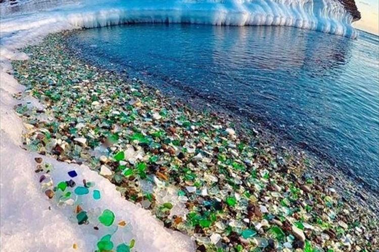 まるで宝石箱のよう…自然が創り出した光り輝くガラスの海岸が美しすぎると話題に!