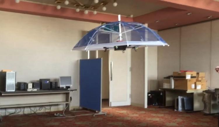 ついに手で持たなくてよいドローン傘を発明、開発中映像を公開!