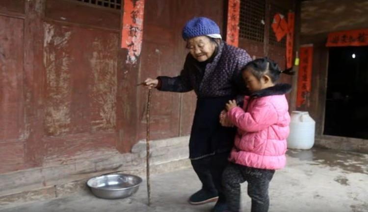 92歳のひいおばあちゃんと病気のおばあちゃんをたったひとりで介護する5歳の少女 たくましく生きる姿