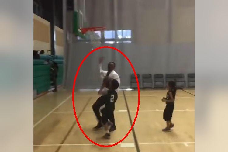 子どものバスケ試合にコーチがまさかの乱入!なぜそんな行動に!?