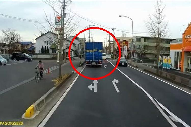 交差点でトラックがハザードランプを点滅、実は後続車に大切な情報を伝えていた
