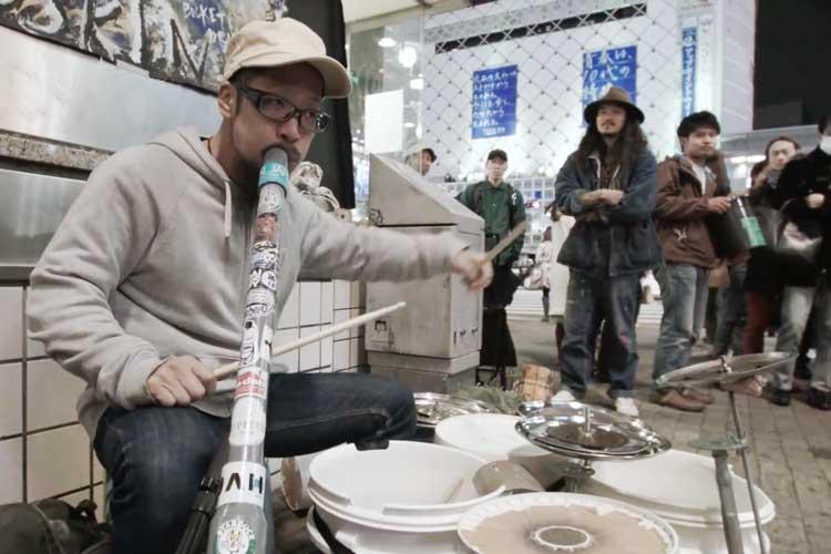 想いをバケツに託して… ゴミを楽器代わりにして奏でるチャリティーコンサートが話題に!