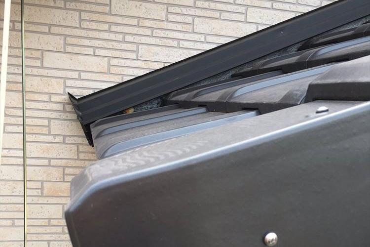大工になって約25年、こんな事初めてだ! 屋根に意外なものが挟まっていた…なぜ!?