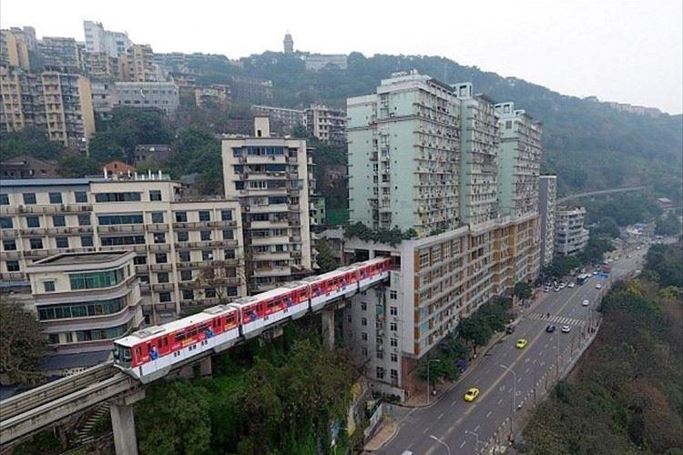 テーマパークのアトラクション!? ビルを突き抜けて走行する中国のモノレールが話題に!