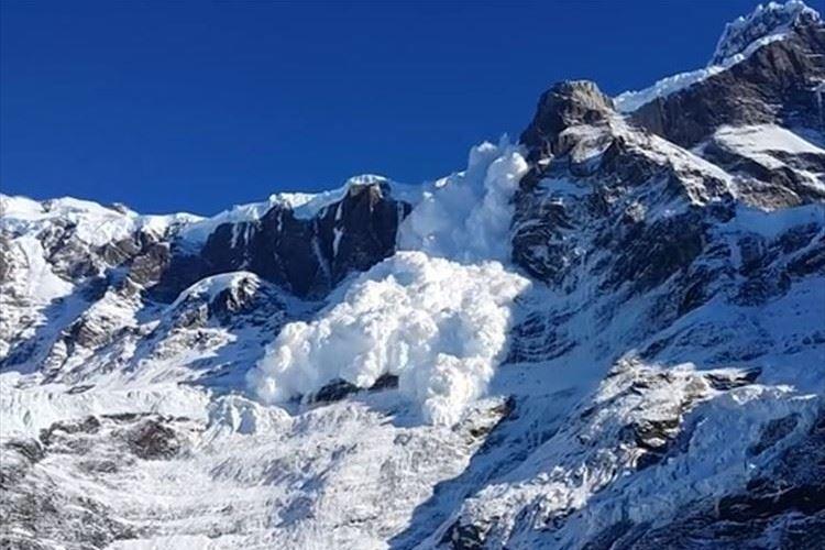 遠くの雪崩を見ていたら、まさかの接近! 逃げる間もなく雪煙に包まれた衝撃映像