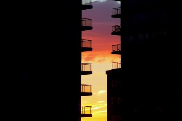 ビルとビルの隙間に絶景が…!カナダで撮影された夕陽のグラデーションが美しすぎる