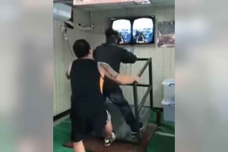 まさかの手動かい!背後で揺らしまくる中国の「VR」に笑いが止まらない!