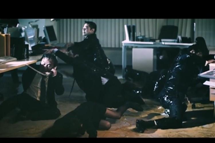 この動画は何なんだ?オフィスが油まみれってどうゆうこと?