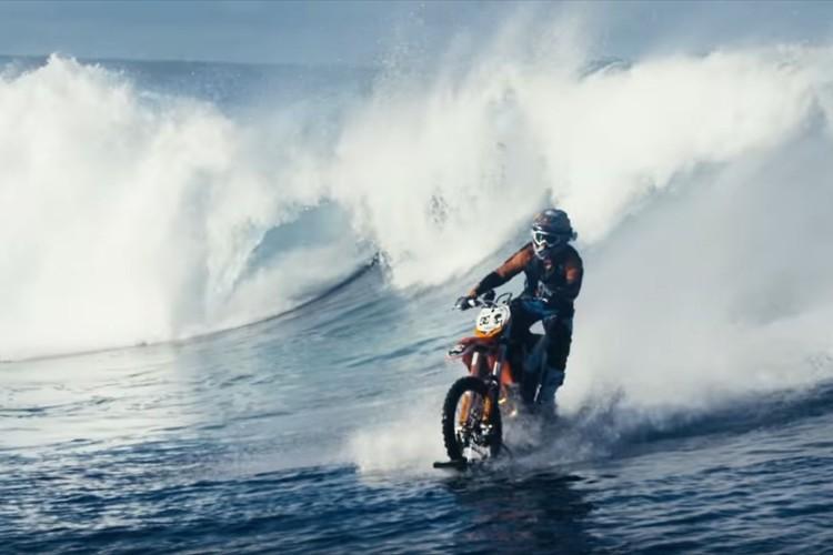 え?バイクが波乗り?ありえない組み合わせだけど超カッコいい!
