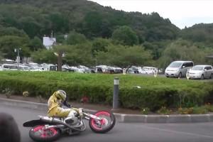 バイクのドリフトがマジで凄い!ウソみたいだろ?転んでないんだぜこれで!