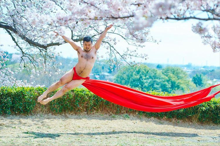 桜の木の下、ふんどし姿で華麗に舞うダンサーがシュールだけど美しい
