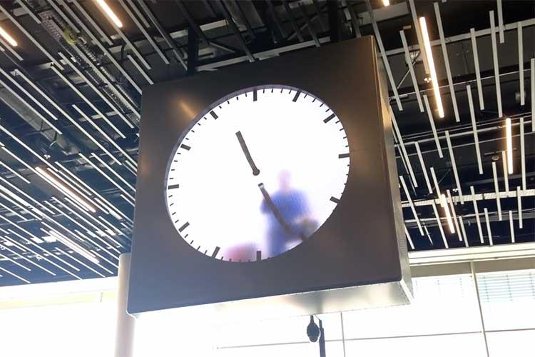 「本当に中に人が入っているの!? 」人力で描く時計が大変そうだと話題になるも、驚愕の秘密が...