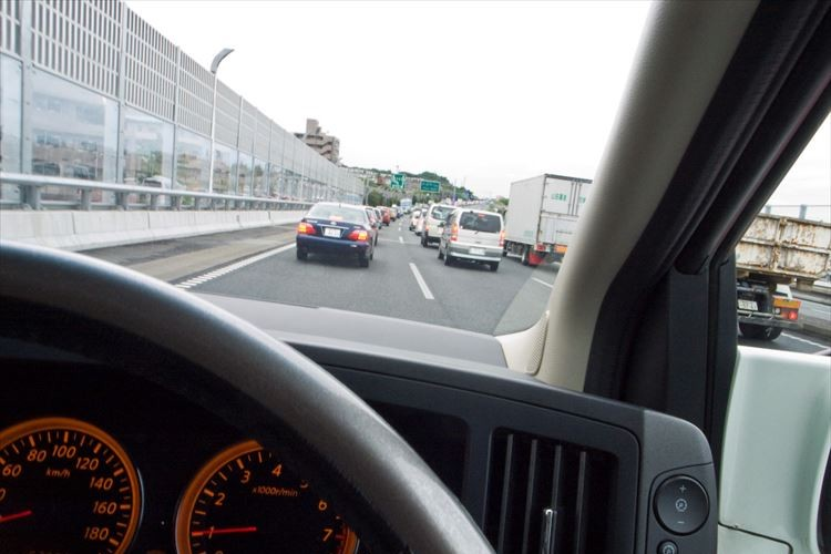 名古屋高速で車が分岐に衝突し「水柱」が!! その水柱の激しさに反響…ドライバーは軽傷