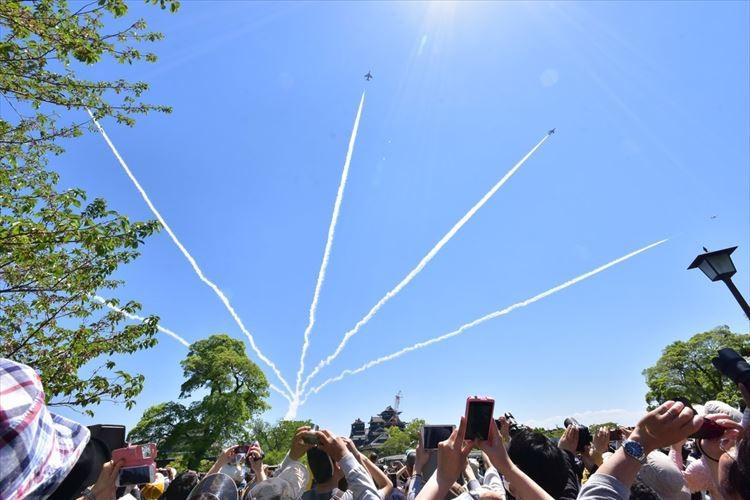 復興を願ってブルーインパルスが熊本城上空を舞う光景が圧巻! 復興支援イベント「飛翔祭」
