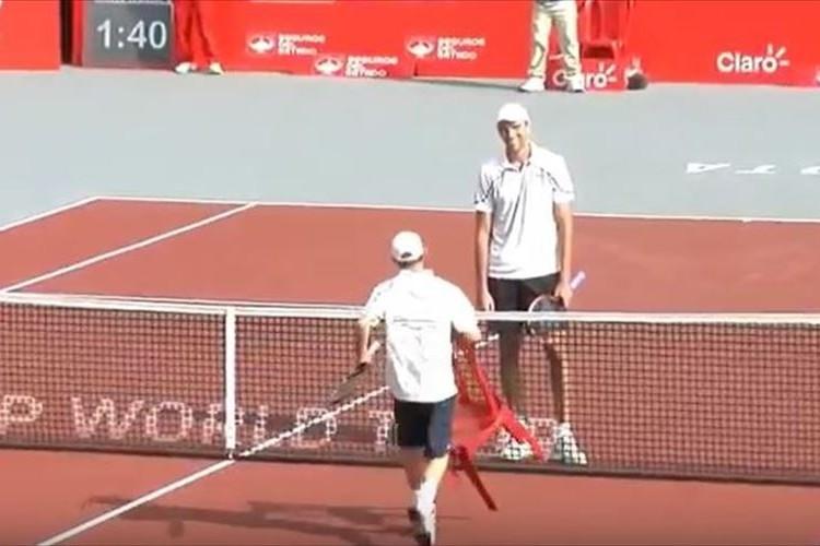 テニスの試合終了後、イスを持って相手に向かってダッシュ…一体何をする!?