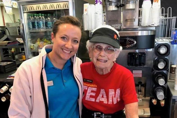 「引退なんて考えていません」マクドナルド勤続44年・94歳女性、太陽のような笑顔が素敵