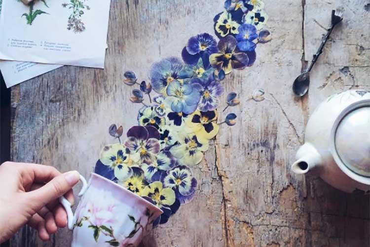 この発想はなかった! カップや花びらが織りなすエレガントな食卓アートが話題に!