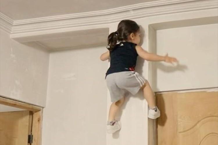 【動画】スルスルと壁をのぼる驚愕の3歳児が話題に! 壁から下りた後の展開も必見!?