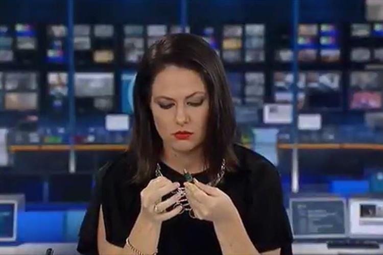 【放送事故】気を抜いていた瞬間が放映されたアナウンサーが、絵に描いたようなビックリ顔に!