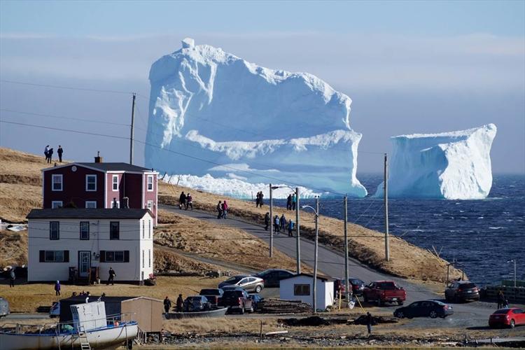 でかっ!! カナダのとある村を通過中の巨大な氷山…壮大かつ非日常的な光景が話題に!