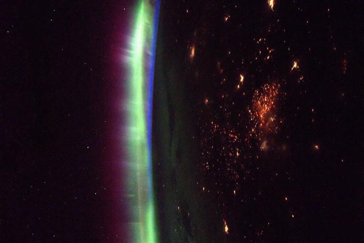 """ISS滞在飛行士が撮影 """"宇宙から見たオーロラ""""の写真が息をのむような美しさ"""