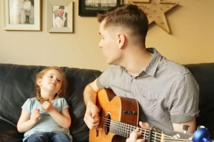 将来、大物の予感!?4歳の女の子が歌う天使のような歌声に思わず笑みがこぼれる