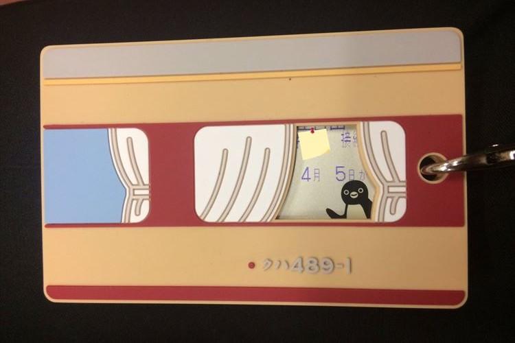 窓からSuicaのペンギンがこんにちは!車両型の定期入れが可愛すぎると話題に