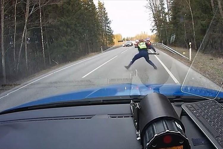【動画】一瞬で逃走車両の息の根を止めた! 警察官が放ったスパイクストリップがスゴイ!!