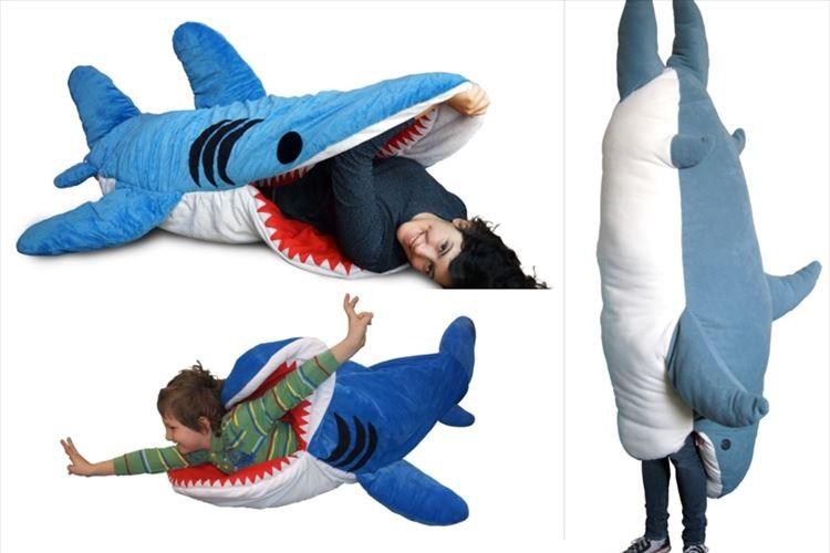 サメ・巨大イカ・シャチ…食べられちゃう寝袋シリーズが話題に! お腹の中で快適に睡眠だと!?